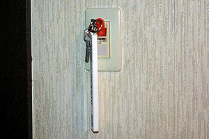 入口壁面のタブレット差込口